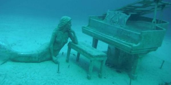 الإبداع هو هذا. عزف البيانو تحت الما – فيديو