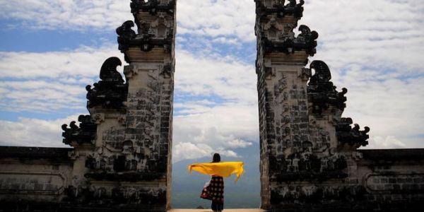 تصويرة مزورة لمعبد فأندنوسيا زرفات بزاف ديال السياح يجيو يزوروه فاللخر تصابو بخيبة أمل حيت الواقع بعيد على إنستگرام