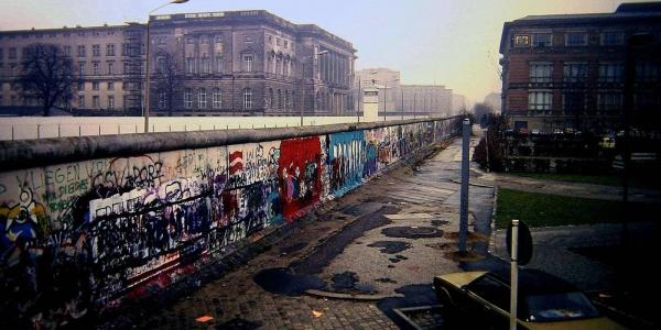 فذكرى تشييده. 6 ديال الحاجات ماكتعرفهاش على جدار برلين