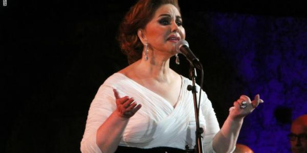 مرا وگادة. ميادة الحناوي طاحت فوق المسرح وكملات الحفلة گالسة – فيديو