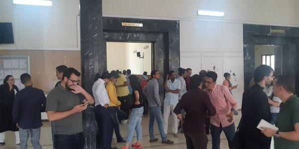 أجواء صدمة الحكم على الصحافية هاجر الريسوني: بكاء وحزن وغضب وهاجر رفعات شارة النصر