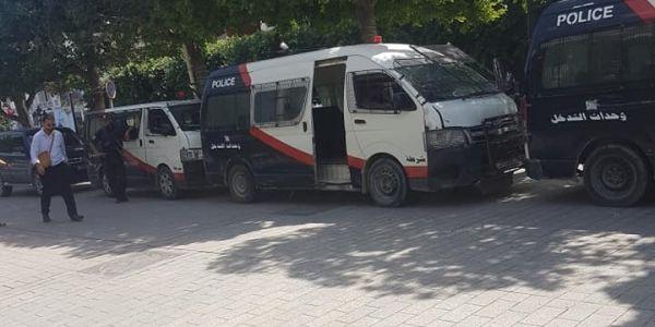 لبوليس التونسي طوق شارع لحبيب بورقيبة خوفا من مواجهات بين أنصار الهمامي ومُورُو اللّي نازلين للشارع فآخر أيام الحملة