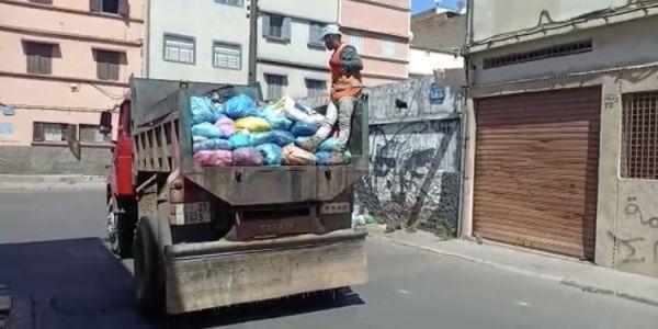 كازا غارقة في الزبل و الوضع في المدينة غادي وكيتكفس واخة الشركات دايرة لبرباگاندة عمال النظافة غادي يديرو إضراب جديد