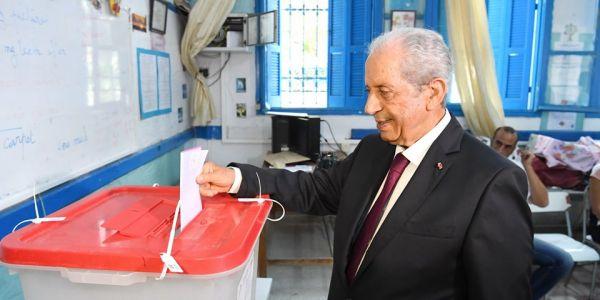 رئيس الجمهورية التونسية بالنيابة مشا يصوت حتى هو ورسالتو للتوانسة: شاركو بكثافة – تصاور وفيديو