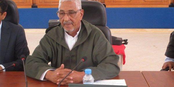 رئيس جماعة بوجدور بغى يجري على أعضاء المعارضة حقاش جبدولو 21 مليون ديال الصالون -فيديو