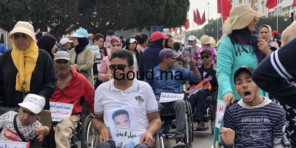بالصور والفيديو.. ذوي الاحتياجات الخاصة استقبلو الحكومة الجديدة بالاحتجاجات قبالت البرلمان