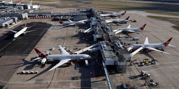 """وسط مطار لندن.. كاميرا شدات عملية سرقة """"احترافية"""" غير ف 22 ثانية – فيديو"""