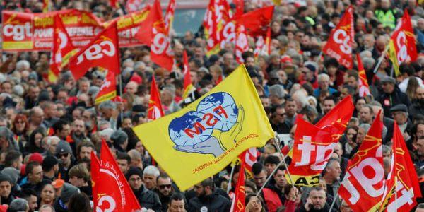 غليان كبير ففرنسا: عشرات الآلاف هبطو للشارع يحتجو على نظام التقاعد الجديد وداخلين ف مواجهات خايبة مع البوليس