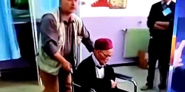 بسبب مقاطعة الدزايريين لمكاتب التصويت. التلفزيون الجزايري دوز فيديو قديم بزاف فيه مصوت مات وولدو فضحهوم