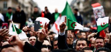 الجزايريون خرجو اليوم مطالبين برحيل نظام العسكر