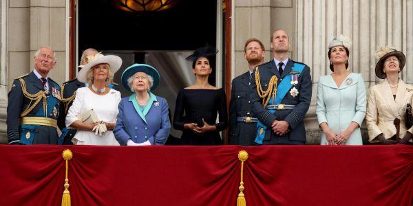 اجتماع أزمة عند العائلة الملكية البريطانية حيث الامير هاري ومراته تخلاو على مهامهم