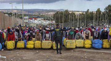 حكومة الاحتلال بسبتة كاتزاوگ يعتقوها من الخنقة اللي داير ليا المغرب