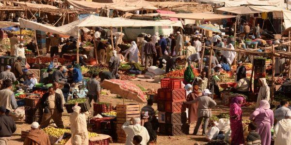 """السلطات بدات تفرتك الأسواق غير النظامية بسبب """"كورونا"""".. جماعة بإقليم ورززات سدات السوق الأسبوعي"""