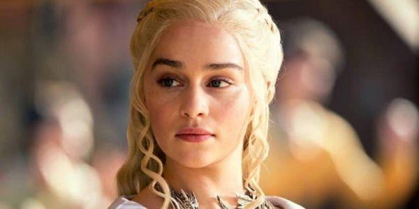"""الممثلة إميليا كلارك بطلة مسلسل """"گيم اوف ثرونز"""" طلبات الناس يتبرعو لمحاربة فيروس كورونا.. وغادي تختار 12 واحد منهم باش يتعشاو معاها"""