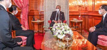 بالصورة: محمد السادس دار لكمامة مع اول نهار لفرضها فالمغرب باش يكون قدوة