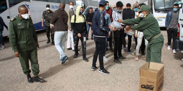 خرجات تحاليلهم دكورونا سلبية.. عامل تنغير رجع 104 طالب كانو حاصلين فأكادير لعائلاتهم