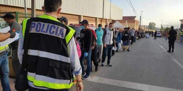 مندوب الحكومة فسبتة كيهضر على ترحيل مغاربة عالقين واخا مابقى حد عالق!!