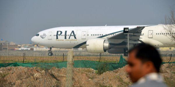 طيارة فيها اكثر من 100 واحد طاحت حدا مطار كراتشي فباكستان – فيديو