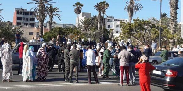 كورونا خرجات بنادم للإحتجاج أمام ولاية الداخلة