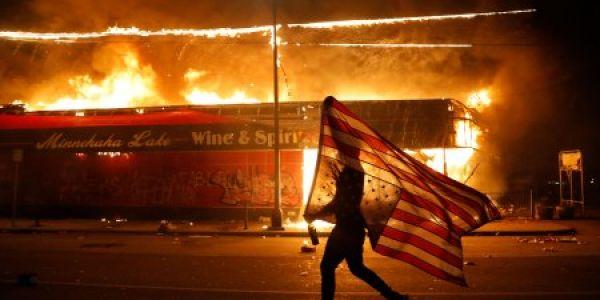 مريكان.. مقتل جورج فلويد: ها القصة كاملة علاش شعلات مدينة مينيابوليس