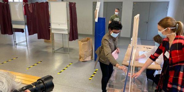 انتخابات البلديات بفرنسا بدات اليوم: داتي بنت سيدي عثمان كتنافس على عمدة باريس
