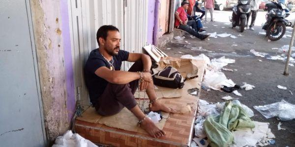 شاب مكبل راسو بالسلاسل احتجاجا على حجز أمن درب السلطان لمطورو