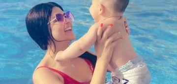 الأمومة والصيف.. سلمى رشيد عايشة لحظات ممتعة مع ولدها