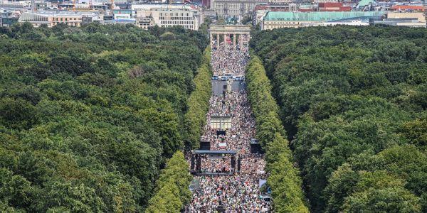 """فبرلين. الشعب فالشارع: احتج على تدابير """"كورونا"""" المقيدة للحريات الفردية"""