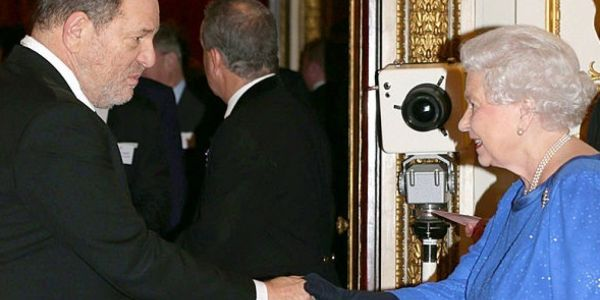 """ملكة بريطانيا حيدات لمنتج هوليوودي هارفي وينستين """"الوسام"""""""