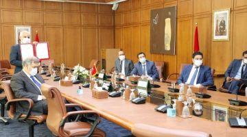 المغرب وقع مذكرة تفاهم باش نشريو لقاحات ضد كورونا