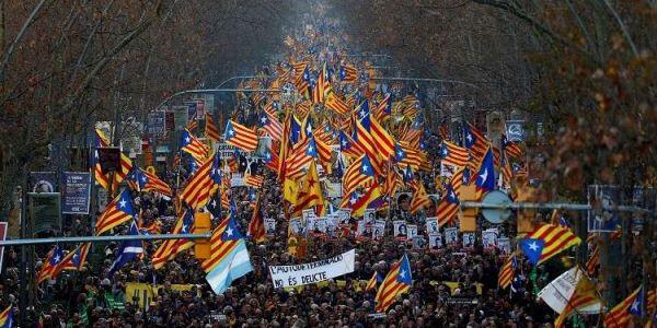 """الصبليون خرجو يحتجو فبرشلونة على إغلاق البيران والمطاعم اللّي تسدو للحد من انتشار """"كورونا"""""""