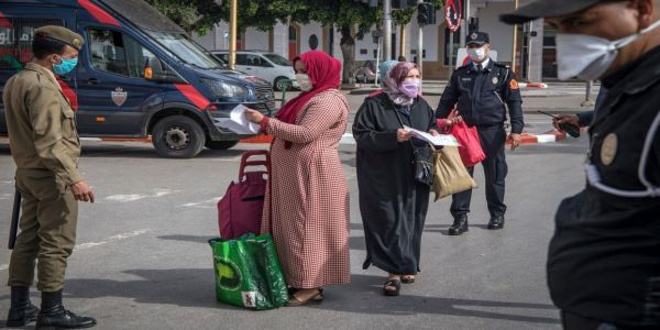 """الخزينة انتعشت بغرامة """"الكمامة""""..الداخلية: وقفنا وغرمنا 624 ألف و543 شخصا ووزعنا مليار و101 مليون درهم من المساعدات"""