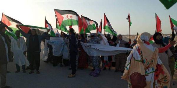واش غادي تشعل بين موريتانيا والبوليساريو. مناصرين للجبهة منعو موريتانيين عالقين فالكَركَرات يمشيو لبلادهم