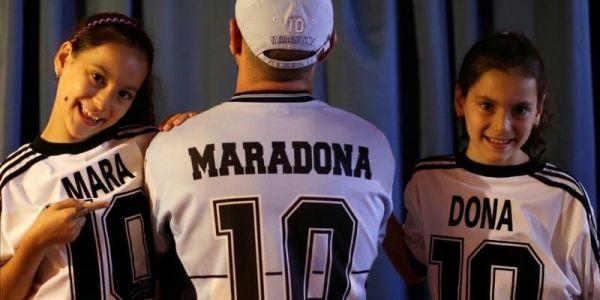 مارا ودونا… توام مقاسمين سمية أسطورة الكرة – فيديو