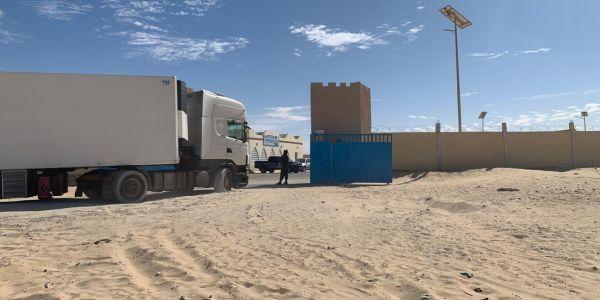 الشاحنات غاديين فمعبر الكَراكَرات والقوات المسلحة واقفة بشموخ