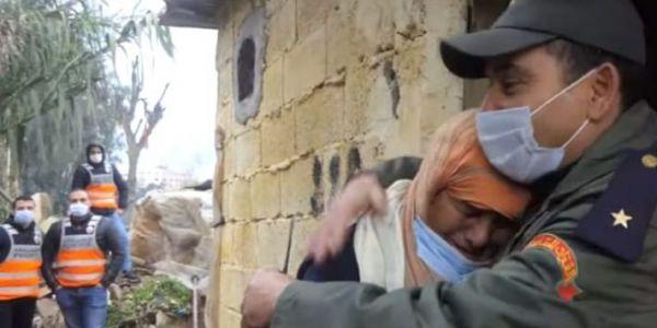 مغاربة ففيسبوك عجبهم هاد المشهد الزوين بين ضابط بالقوات المساعدة ومرا كبيرة فسلا – تصويرة