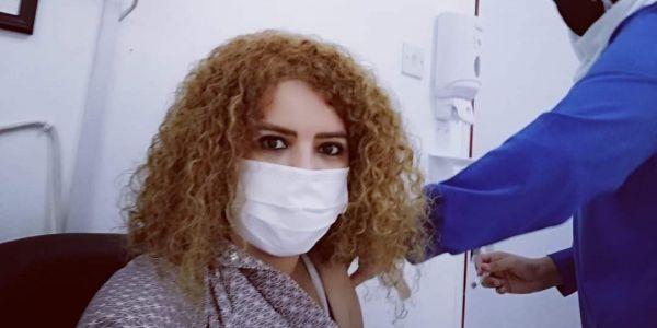 الممثلة والمخرجة المغربية بوشرى إيجورك حتى هي دارت الفاكسان ضد كورونا فالإمارات – تصويرة
