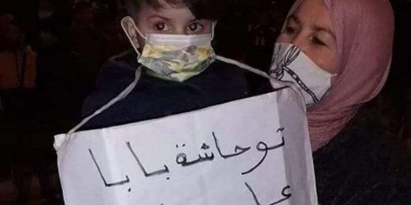 أشهر صورة فاحتجاجات الفنيدق. هادي قصة الطفل لي هادي عام ماشاف باباه