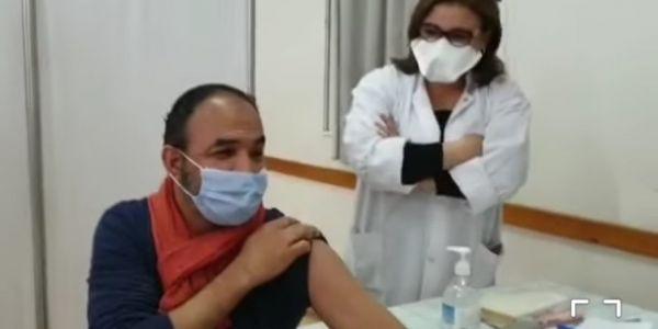 من بعد والديه.. رشيد الوالي حتى هو دار الفاكسان ضد كورونا – فيديو