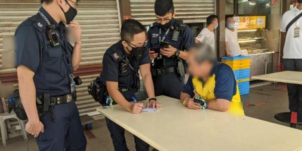 سنغافورة.. شخص صيفطوه للحبس بسباب أنه كحب على بوليسي ف وجهو عمدا