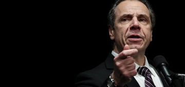 مرا ثالثة تاهمات حاكم نيويورك بالتحرش الجنسي: حط يدو على مؤخرتي و بغا يبوسني