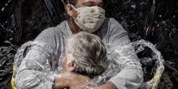 تصويرة ديال أول تعنيقة ف زمان كورونا ربحات لقب الصورة الصحفية العالمية – فيديو