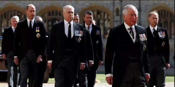 الأمير تشارلز ناوي يجري على ولدو هاري ومراتو ميكَان من العائلة