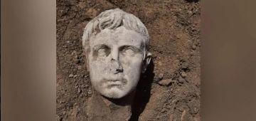 ف عمرو 2000 عام.. عالم آثار لقا تمثال ديال راس أول إمبراطور فـ روما