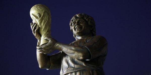 فيه 2 طن و5 مترو طول.. الكشف على تمثال النجم العالمي مارادونا – تصاور
