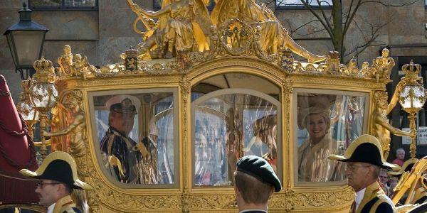 """فكراتهم بمآسي العبودية والماضي الإستعماري لـ هولندا.. """"كروسة"""" ذهبية ديال الملك تسببات فـ پوليميك كبيرة"""