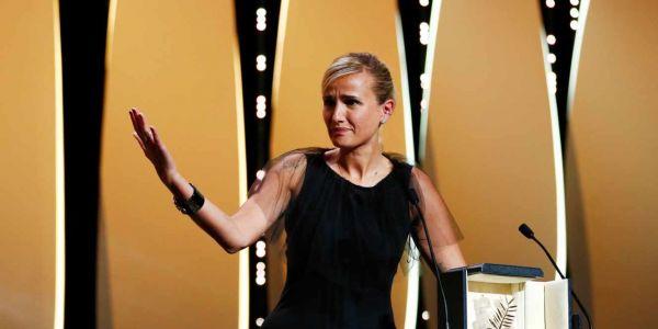 """مهرجان """"كان"""": المخرجة جوليا دوكورنو ربحات """"السعفة الذهبية"""" على فيلمها """"تيتان"""" وولات ثاني مرا كتدي هاد الجائزة فتاريخ """"كان"""" وها لائحة اللي ربحو كاملين – فيديوهات وتصاور"""