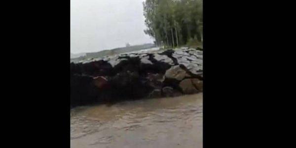 """فيديو لظاهرة غريبة وقعات فـ الهند.. """"خرجات"""" أرض بشكل مفاجئ من تحت الما"""