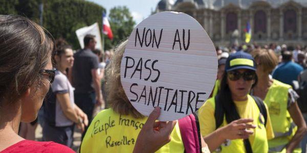 الآلاف خرجو يحتجو ففرنسا على إلزامية الڤاكسان والباس سانيتير – فيديو
