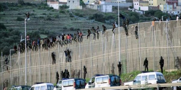 جوج هجومات ديال المهاجرين الافارقة على مليلية المحتلة والقوات المغربية قدرات توقفهوم واصابة خمسة جنود مغاربة